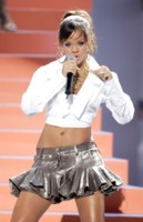 Rihanna Performs picture G175479